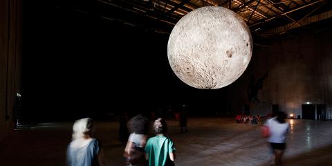 Travellings, événement organisé par Lieux Publics à la cité des arts de la rue. Luke Jerram Ltd/Museum of the Moon.